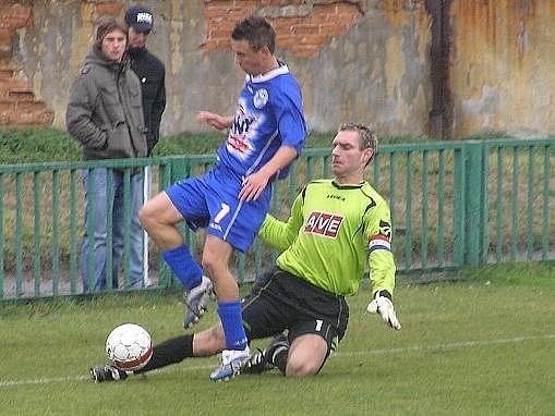 SK Kladno B - Vilémov 2:3, Moravce atakuje brankář Loos.