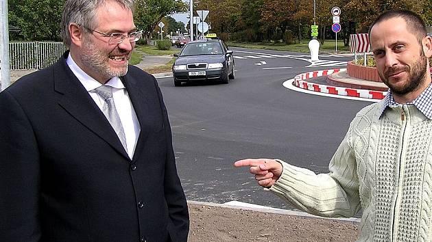 OTEVŘENO. Kruhový objezd byl otevřen včera odpoledne. Podle primátora Dana JIránka (vlevo) přibude ve městě další.