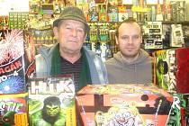 MAJITEL PRODEJNY s pyrotechnikou Josef Svoboda (vlevo) má nyní nejvyšší tržby.