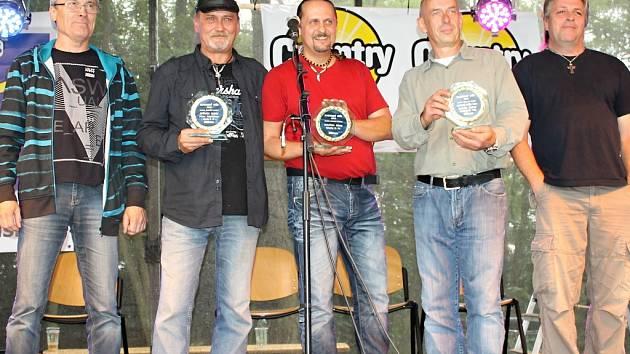 Kapela Gladly S.W. Zpěvák Milan Procházka (druhý zleva). Ocenění převzal za Kulturní počin roku starosta Braškova Vladimír Dráb (čtvrtý zleva).