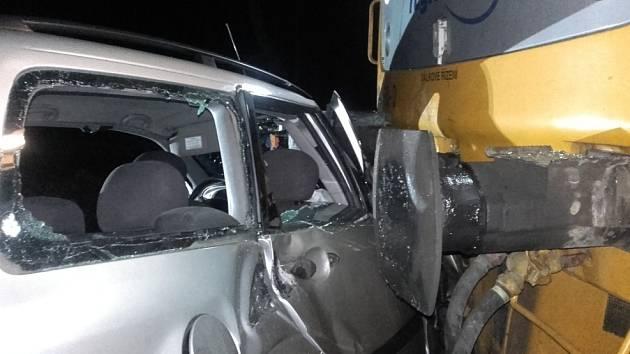 V Kladně se srazil vlak s autem, řidič byl vážně zraněn