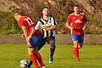 Vysoká (v červeném) přivítala nováčka Baník Švermov, který hrál hodinu o deseti, přesto vyhrál 3:0. Jakub Šimůnek dal první a vítězný gól Baníku