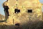 Snímky bakovské tvrzi - sýpky těsně před demolicí