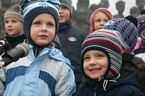 Snímek pořízený před dvěma lety je ze 17. ledna, v den, kdy byla odhalena bronzová socha holčičky na dětském sousoší z dílny sochařky Marie Uchytilové, u příležitosti nedožitého výročí narození výtvarnice.