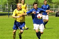 Velká Dobrá (v modrém) porazila Slaný 2:0. Lukáš Tlustý (vpravo)