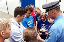 STRÁŽNÍCI navštívili děti z kempu Kanonýrů.