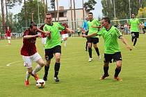 Fotbalisté Sokola Vraný (v zeleném) neměli ve Lhotě naději, prohráli 0:5 a opouštějí krajský přebor.