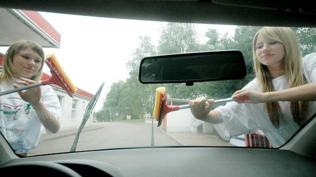 Jednou z možností pro studenty přivydělat si nějakou korunu, může být třeba mytí automobilových skel.