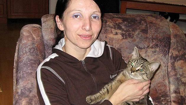 Kristýna Kacálková s kočkou Čiki.