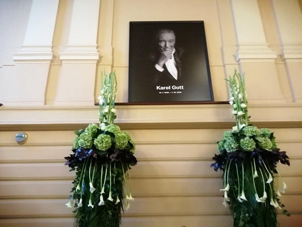 Také lidé z Kladenska míří do Prahy rozloučit se s Karlem Gottem.