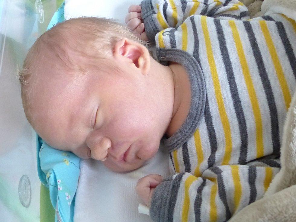 Petr Šindelář se narodil 9. ledna 2021 v kolínské porodnici, vážil 3900 g a měřil 52 cm. Do Nové Vsi II odjel s bráškou Jeníčkem (2.5) a rodiči Kateřinou a Janem.