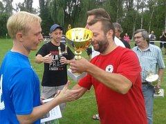 Kapitán Vinařic Roman Sokol přebírá jednu z trofejí.