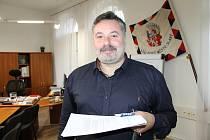 Místostarosta Slaného Radek Vondráček si od dřevěných stánků v centru města slibuje, stejně jako starosta Martin Hrabánek, navození té pravé vánoční atmosféry.