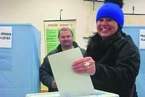 Jiřina Zazvonilová vhodila do urny hlas pro svého kandidáta v kladenské strojní průmyslovce.