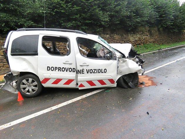 OSOBNÍ AUTO skončilo po střetu s nákladním vozidlem ve zdemolovaném stavu.