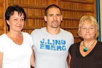 Tomáš Plekanec se svými někdejšími učitelkami Ivanou Mánkovou (třídní – vpravo) a Libuší Netušilovou.