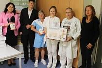 Předání monitorů dechu primáři slánského dětského a novorozeneckého oddělení Oldřichu Doubravskému (druhý zprava)