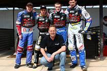 Nahoře zleva Michal Dudek, Roman Čejka, Martin Vaculík, Slawomir Musielak, dole manažer Milan Mach