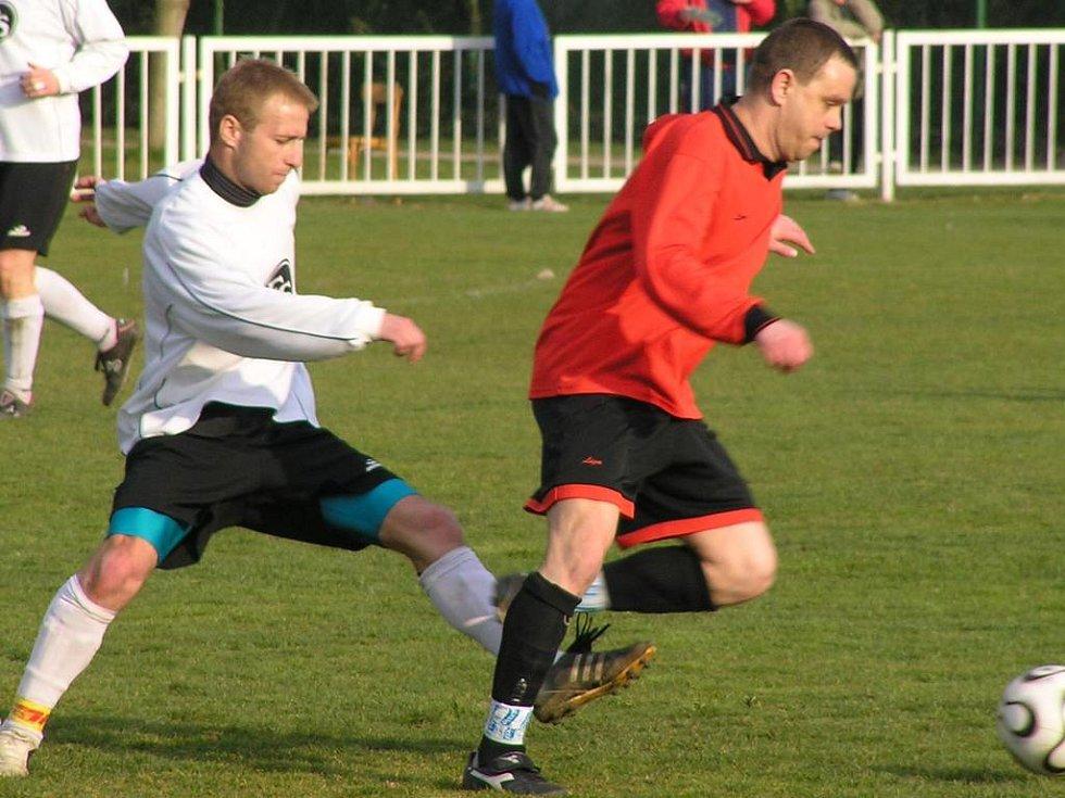 Jan Halwiger (vlevo) utkání v Městečku nedohrál, chvíli před koncem lidického obránce sudí vyloučil.