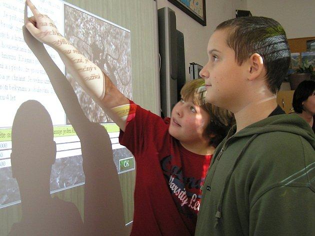 Děti, které si od prvních dnů systém výuky s tabulí okamžitě oblíbily, se do školy o to více  těší. Podle jejich slov je tento způsob oproti běžným hodinám mnohem zajímavější.