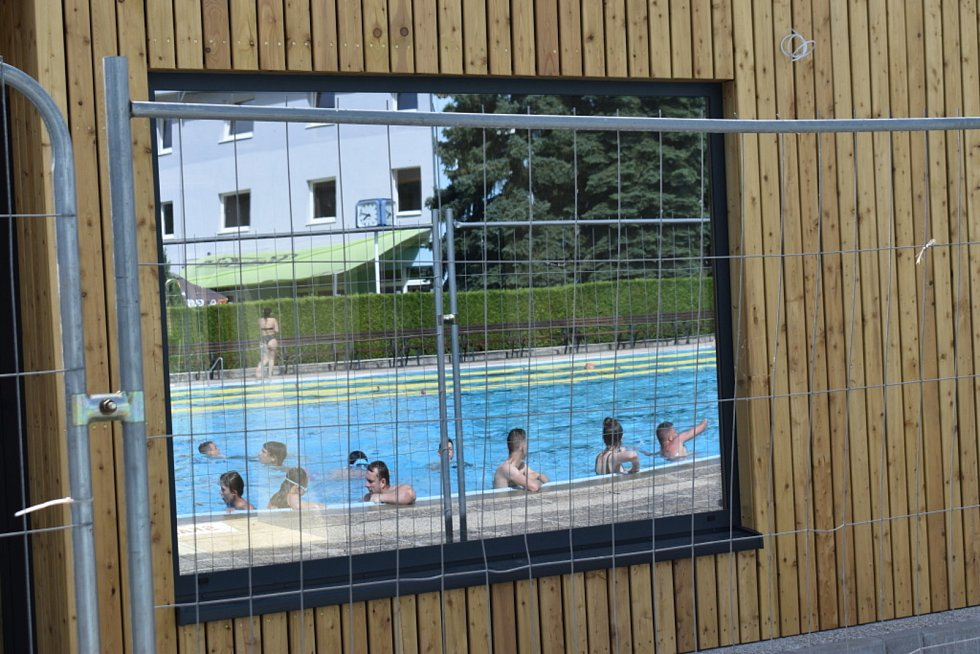 Kladeňáci vzali bazény útokem, užívají si napříč generacemi.