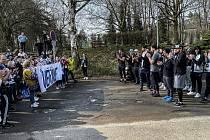 Fanoušci hokejového Kladna svůj tým vyprovodili na cestu do Jihlavy s povzbudivým transparentem: Věříme!