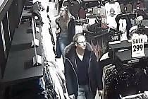 Kamerový záznam podezřelé dvojice - muže a ženy z 19. února v kladenském Centralu.