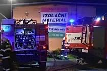 Likvidace požáru v ulici Milady Horákové v Kladně. V noci ze středy na čtvrtek kolem půl jedné.