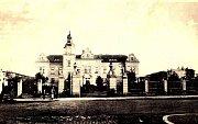 Budova nemocnice krátce po otevření, fotografie je asi z roku 1910.