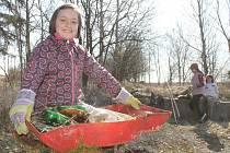 DĚTI I DOSPĚLÍ se zítra v rámci dobrovolnické akce Ukliďme Česko vydají likvidovat odpadky po nepořádnících.