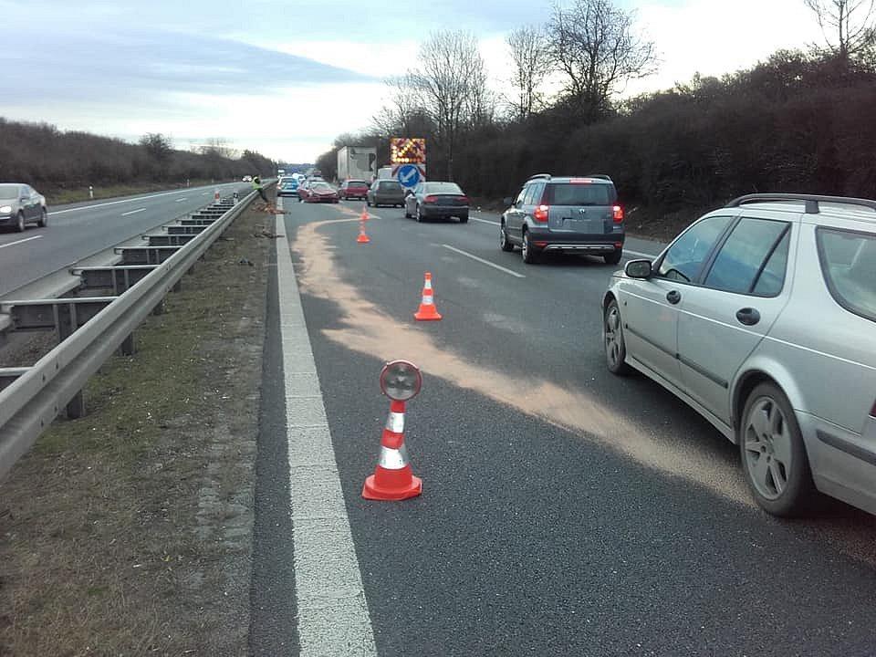 Na dálnici D7 došlo v úterý ke střetu osobního a nákladního automobilu.