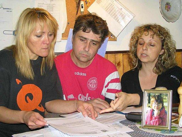 Manželé Rakovi z Buštěhradu tvrdí, že jejich dceru ze školy vyhnal nedostatek zájmu. Společně se Šárkou Tyburcovou (vpravo) sepsali petici pro městský úřad.