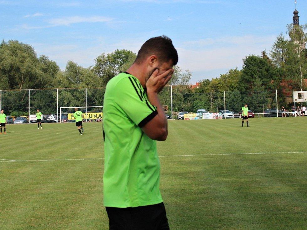 Velvary (v zeleném) prohrály v MOL Cupu s Hradcem Králové 0:1. Dominik Vašut zpytuje svědomí po zazděné tutovce.