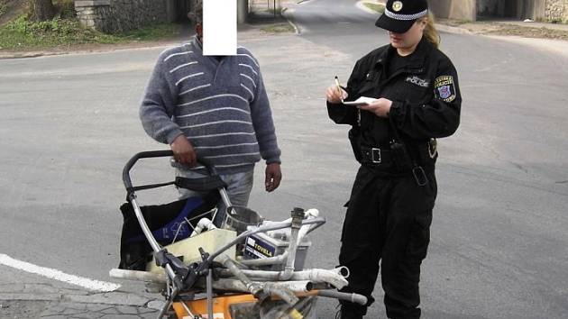 Při nedělní kontrole v Dubí strážníci zjistili desítku osob, která se snažila vydělat na prodeji šrotu.
