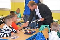 Josef Zajíc na návštěvě 12. ZŠ, kde se opět rozjely hokejové třídy.