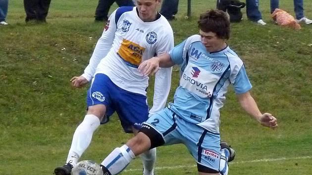 Daniel Bořík (vlevo) centruje přes hráče Ústí. Jeho sedmnáctka však hostům podlehla 0:2.