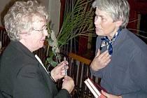 Zapomenuté housle  jsou v pořadí druhým dílem spisovatelky Heleny Procházkové (vlevo).