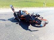 Nedaleko Stochova se srazila cyklistka s motorkářem, zasahoval vrtulník.
