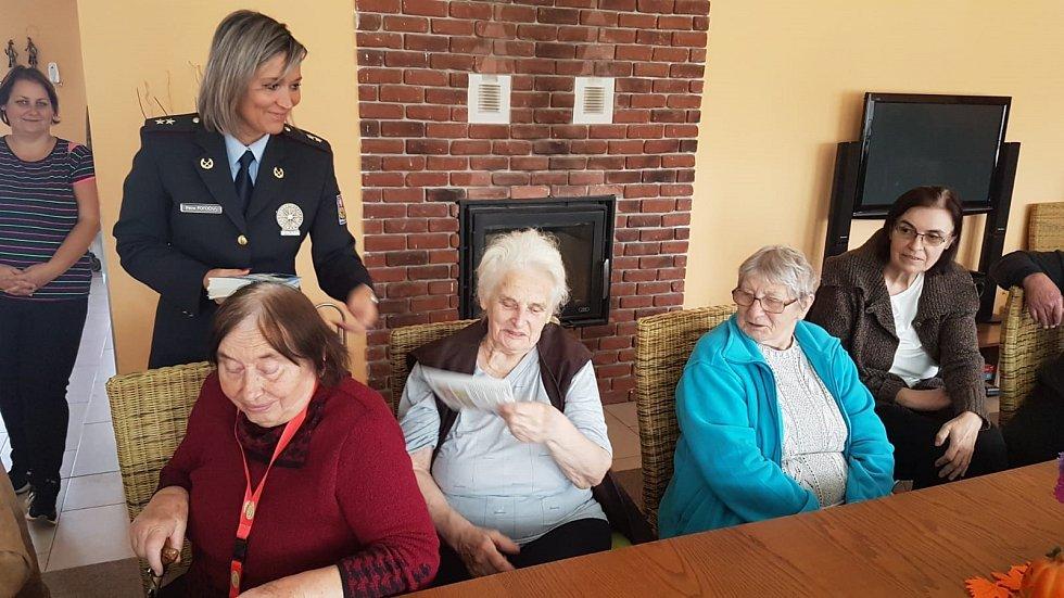 Policisté ze Středočeského kraje uskutečnili několik preventivních besed, které byly změřeny na bezpečí seniorů. (ÚO Nymburk)