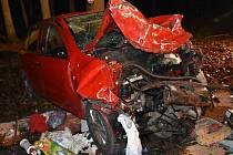 Tragická nehoda u Bělče. Z obou osobních aut zbyly jen vraky.