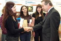 Cenu vítězce předali na radnici první náměstek primátora města Miroslav Bernášek spolu s Jiřinou Hážovou, prezidentkou kladenské organizace Sister Cities.