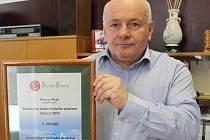 PŘEDSEDA ŽIŽICKÉHO družstva Jaroslav Veselý s prestižním oceněním, na který mohou být v podniku právem hrdí.