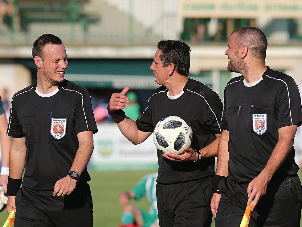 Hostouň (v zeleném) přehrála v duelu nejlepších divizních týmů Zbuzany 3:0.