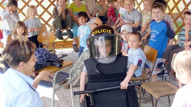 Děti z MŠ v Doksech si vyzkoušely, kolik váží policejní helma nebo neprůstřelná vesta.