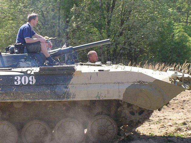 Jízdám v historických i současných vojenských vozidlech neodolali ani mnozí dospělí. Někteří tatínkové si nostalgicky zavzpomínali na chvíle strávené na vojně.