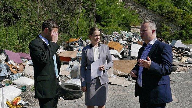 Ministr životního prostředí Richard Brabec předal v květnu starostce Buštěhradu Daniele Javorčekové rozhodnutí o přidělení dotace na likvidaci černé skládky.