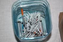 Při domovní prohlídce našli policisté i velké množství injekčních stříkaček.