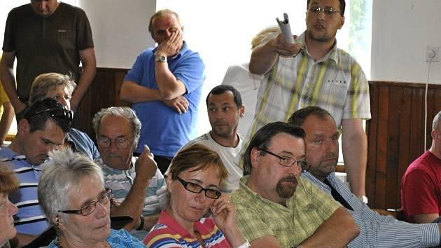 Setkání znepokojených obyvatel při přezentaci záměru firmy Ovus v hrdlívské restauraci