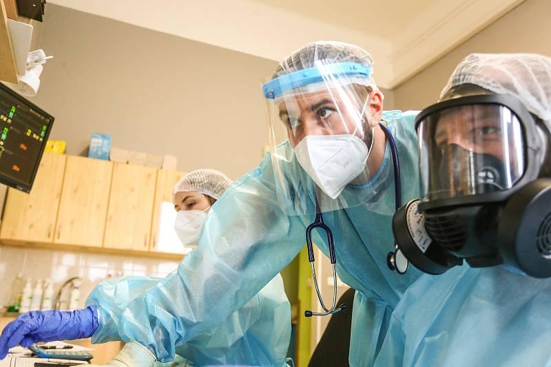 Vedoucí lékař covid oddělení Nemocnice Slaný Tomáš Drasnar (vpravo v masce)
