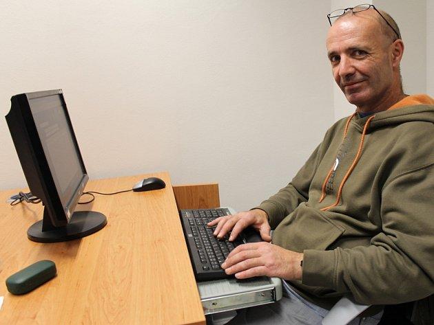 Pravidelný návštěvník kladenské knihovny na Sítné Bohumír Zelenka. Kromě knih vítá i pomoc internetu.